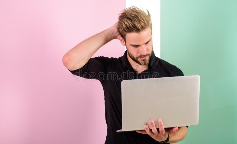 Sociale media deskundige inzake marketing Mens met laptop de werken als smm deskundige De manager van de kerel het modieuze moder royalty-vrije stock foto