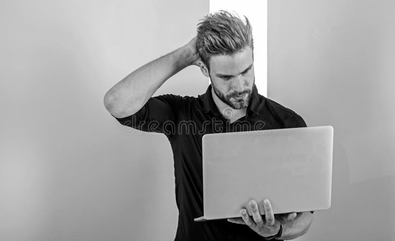Sociale media deskundige inzake marketing Mens met laptop de werken als smm deskundige De manager van de kerel het modieuze moder stock afbeeldingen