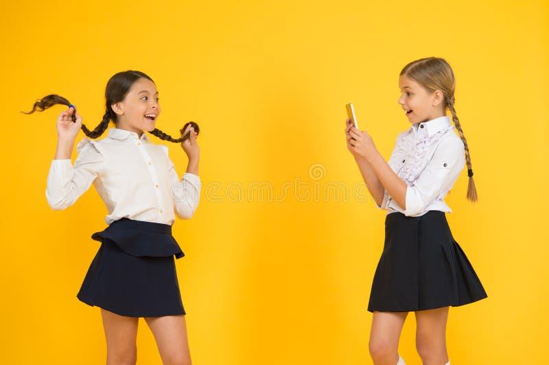 Sociale media Marketing Moderne technologie Digitale influencer Weinig blogger Bloggerschool De schoolmeisjes gebruiken royalty-vrije stock foto