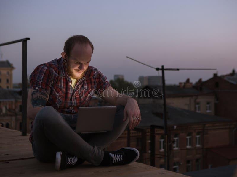 Sociale media mededeling in openlucht Mannetje op dak royalty-vrije stock fotografie