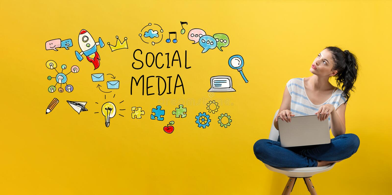 Sociale media met vrouw die laptop met behulp van royalty-vrije stock afbeeldingen
