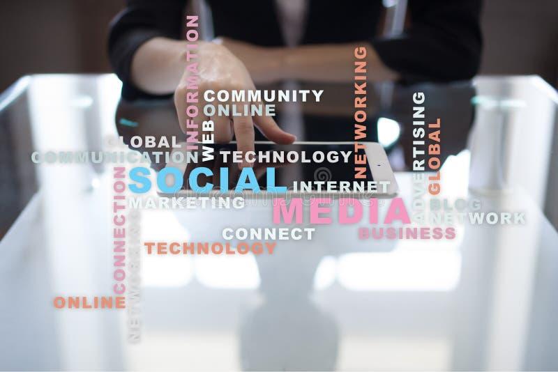 Sociale media netwerk en marketing Zaken, technologieconcept Woordenwolk op het virtuele scherm stock afbeeldingen