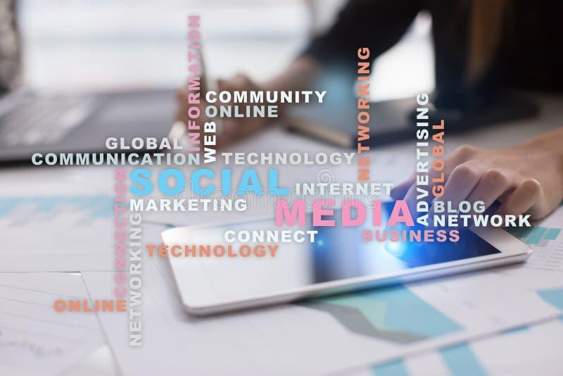 Sociale media netwerk en marketing Zaken, technologieconcept Woordenwolk op het virtuele scherm royalty-vrije stock afbeeldingen