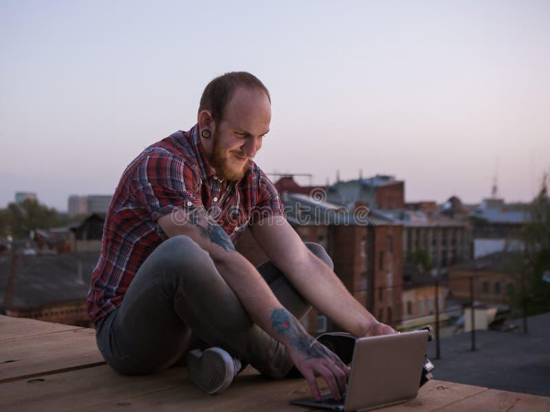 Sociale media prettige mededeling over dak stock afbeelding