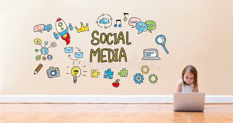 Sociale Media tekst met meisje die een laptop computer met behulp van stock afbeelding