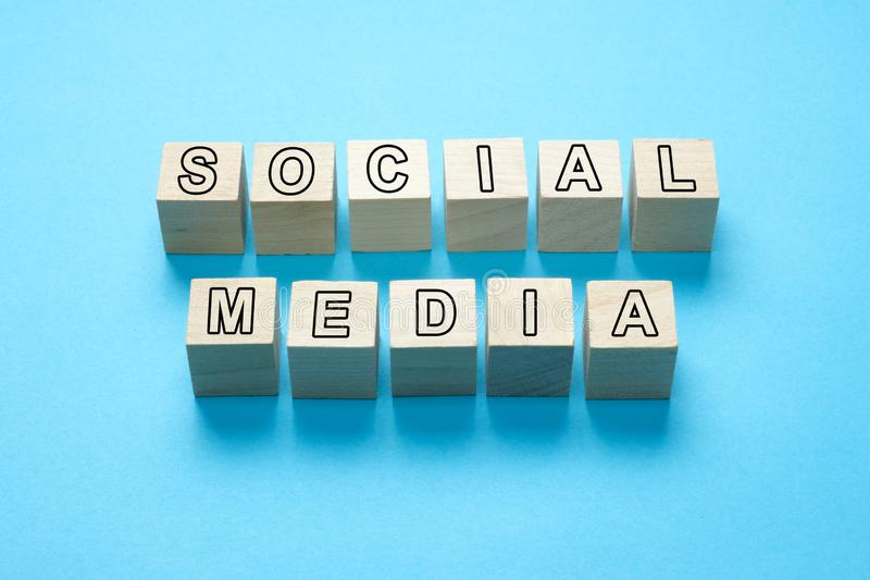 Sociale media tekst op houten kubussen royalty-vrije stock afbeelding