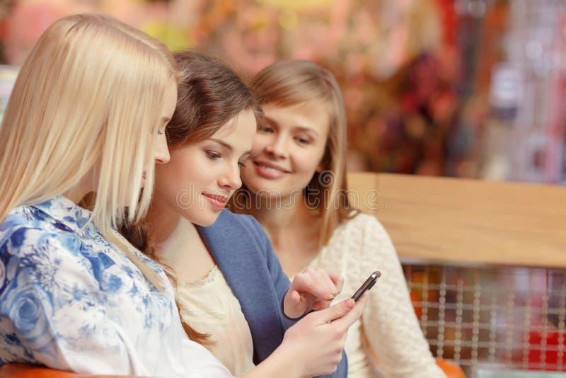 Sociale media in vrouwen het winkelen royalty-vrije stock foto's