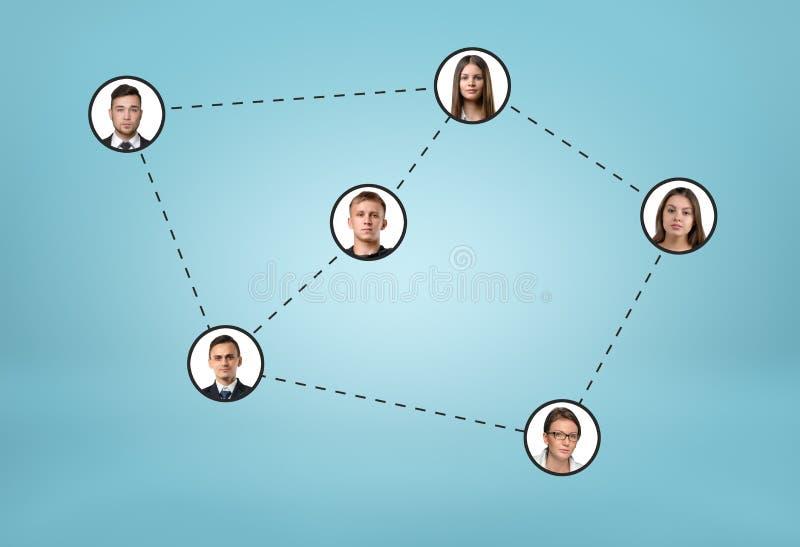 Sociale netwerkpictogrammen die door gestippelde lijnen op blauwe achtergrond worden verbonden royalty-vrije stock afbeeldingen