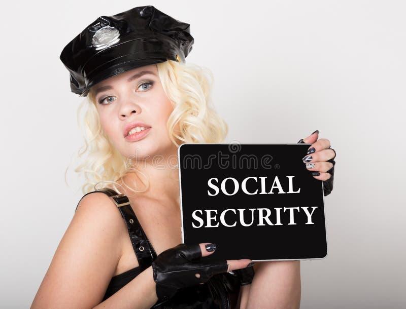 Socialförsäkring som är skriftlig på skärmen Teknologi-, internet- och nätverkandebegrepp härligt kvinnligt polisinnehav fotografering för bildbyråer