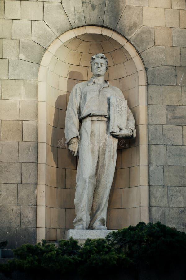 Socialistisk skulptur på slott av kultur och vetenskap royaltyfria foton