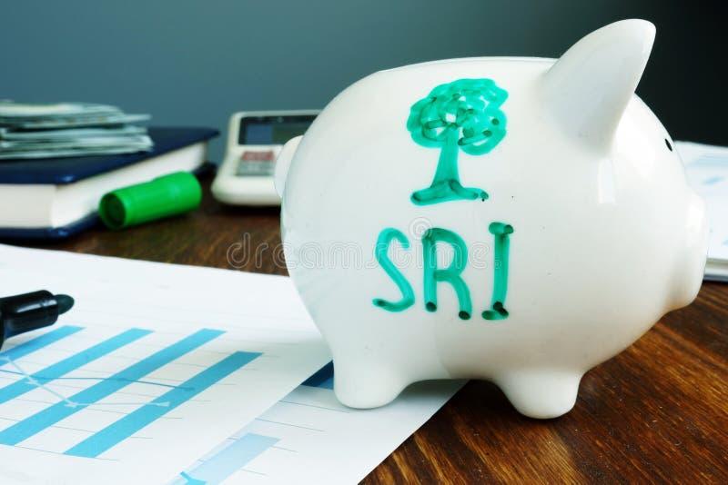 Socialmente responsável investindo SRI escrito em um mealheiro imagem de stock