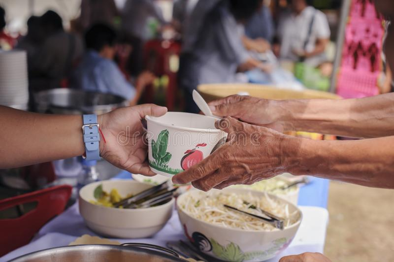 Socialt begrepp av fattigt dela för folk: Begrepp som tjänar som fri mat till det fattigt: Fri mat, genom att använda rester för  royaltyfri bild