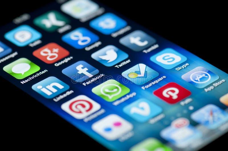 Socialt massmedia Apps på Apple iPhone 5 arkivbilder