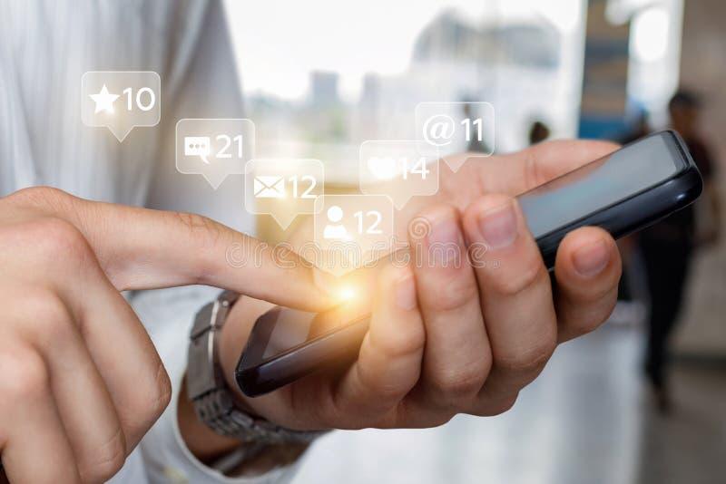 Socialt massmedia för begrepp med telefonen arkivbilder