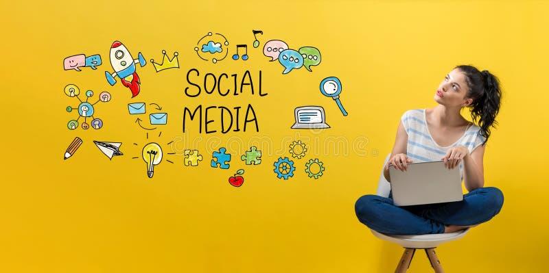 Socialt massmedia med kvinnan som använder en bärbar dator royaltyfria bilder