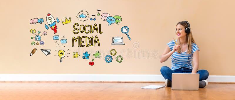 Socialt massmedia med kvinnan som använder en bärbar datordator royaltyfria bilder
