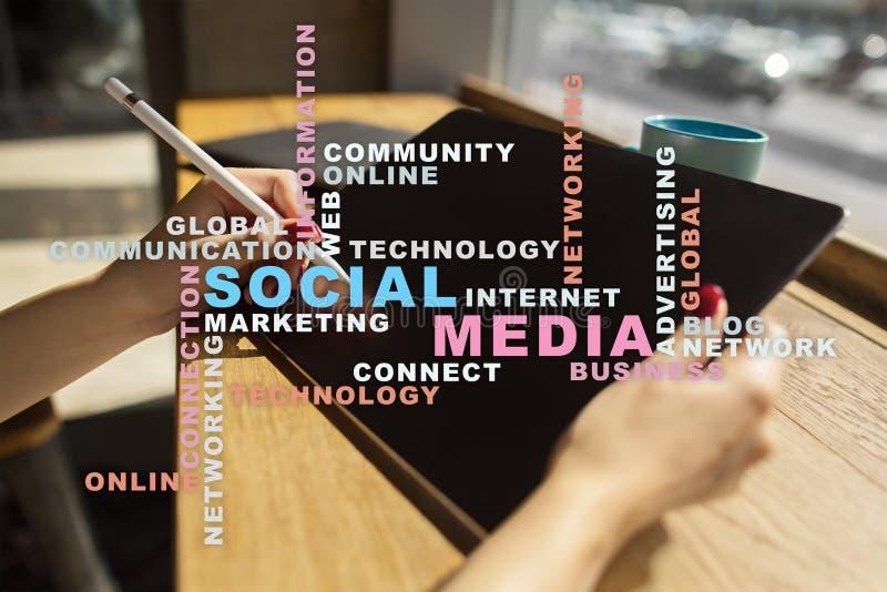 Socialt massmedianätverk och marknadsföring Affär teknologibegrepp Ordmoln på den faktiska skärmen royaltyfri foto