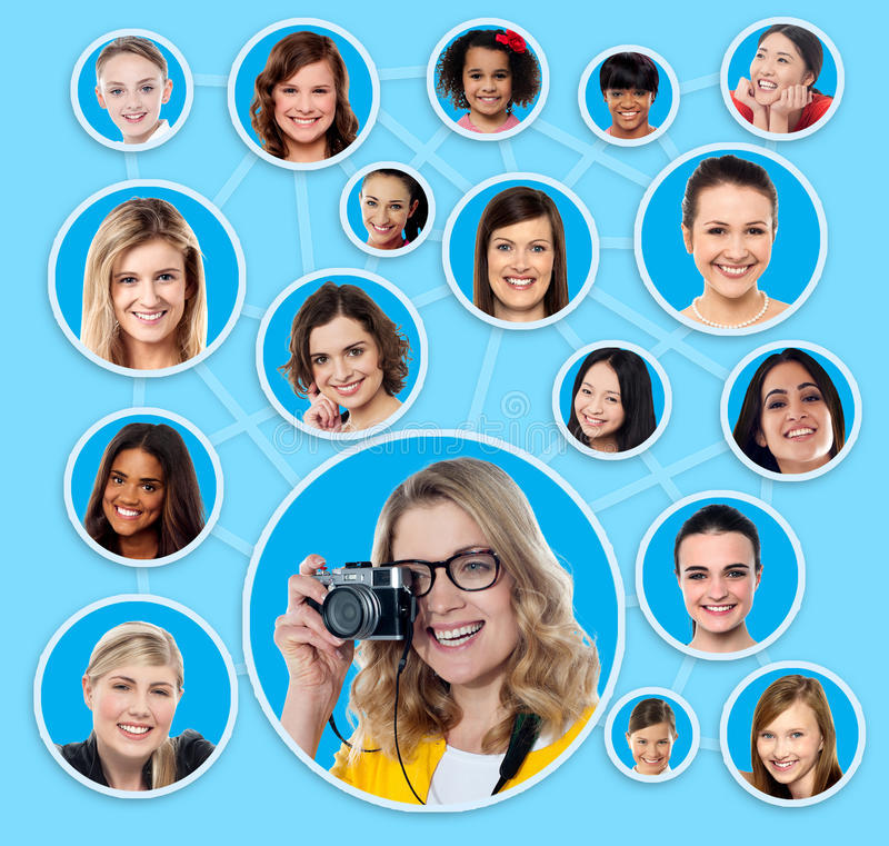 Socialt nätverk av en kvinnlig fotograf royaltyfria bilder