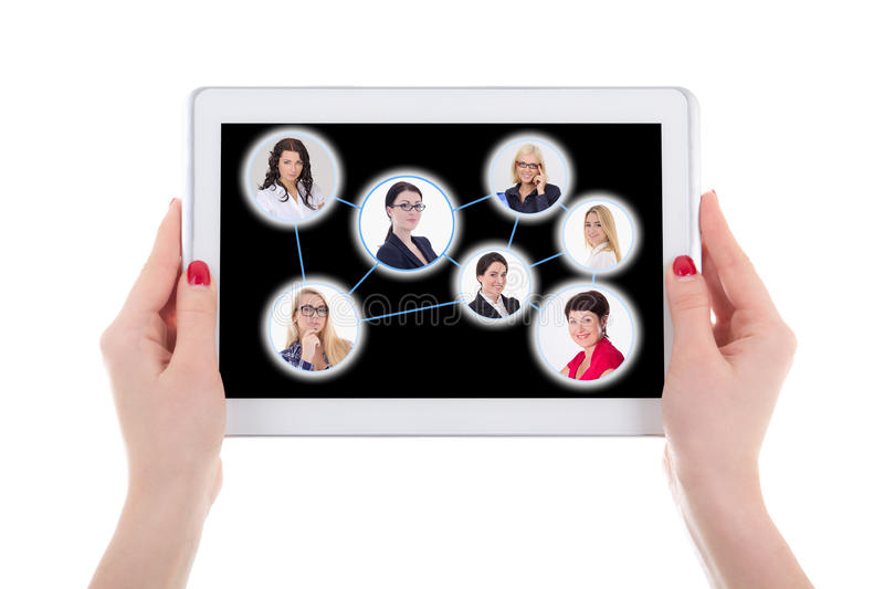 Socialt nätverksbegrepp - modern minnestavlaPC med folkstående fotografering för bildbyråer