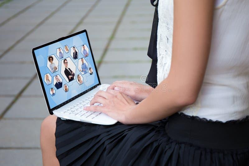 Socialt nätverksbegrepp - som är nära upp av flicka i usin för skolalikformig royaltyfri fotografi