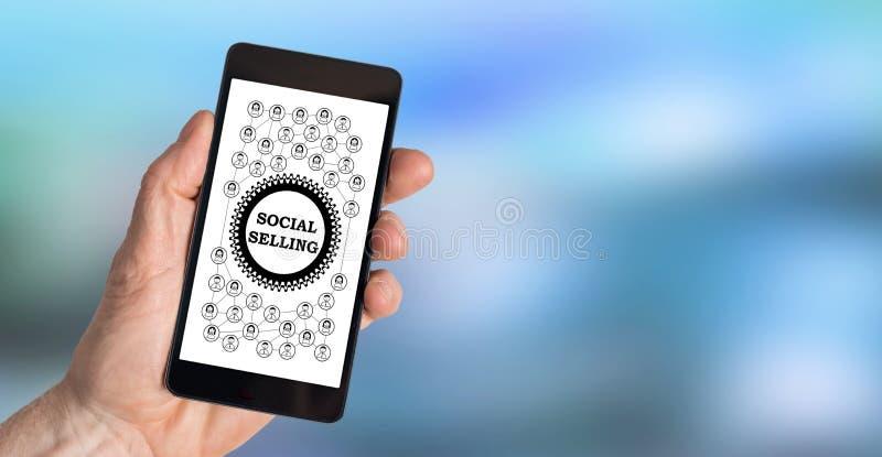 Socialt säljande begrepp på en smartphone arkivfoton