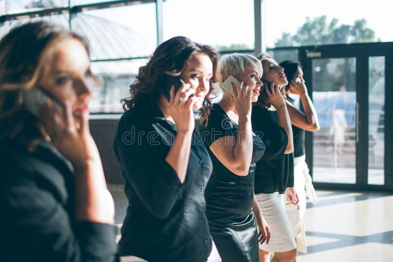 Sociedad de las mujeres de negocios fuertes foto de archivo