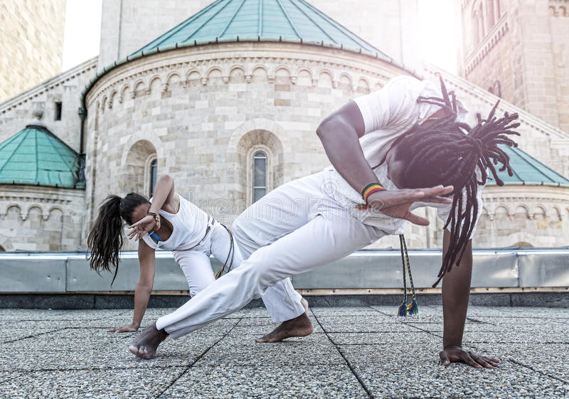 Sociedad joven del capoeira de los pares, deporte espectacular foto de archivo