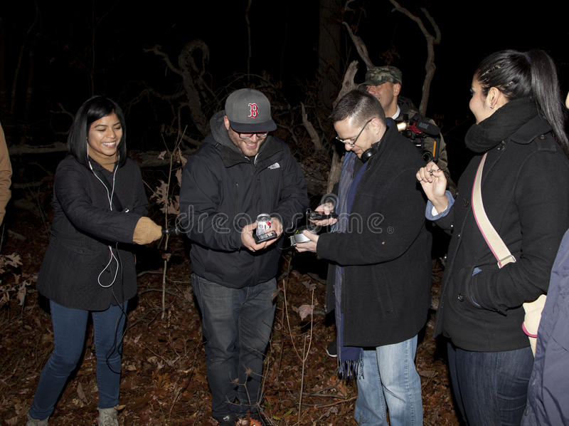 Sociedad paranormal de Brooklyn durante la investigación de la miseria del soporte foto de archivo libre de regalías