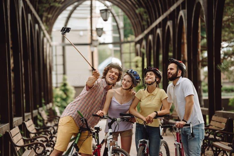 Società allegra degli studenti che prendono selfie fotografia stock libera da diritti