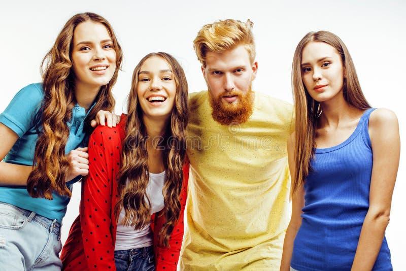 Società dei tipi dei pantaloni a vita bassa, del ragazzo rosso barbuto dei capelli e delle studentesse divertendosi insieme gli a fotografia stock
