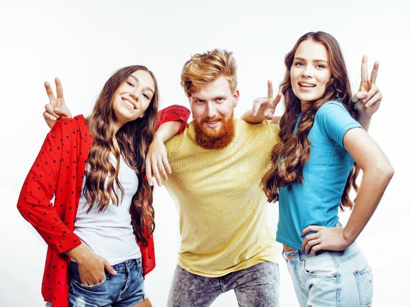 Società dei tipi dei pantaloni a vita bassa, del ragazzo rosso barbuto dei capelli e delle studentesse divertendosi insieme gli a immagini stock