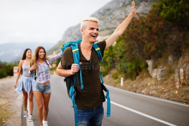 Societ? felice dei pantaloni a vita bassa degli amici che viaggiano intorno al mondo immagine stock libera da diritti