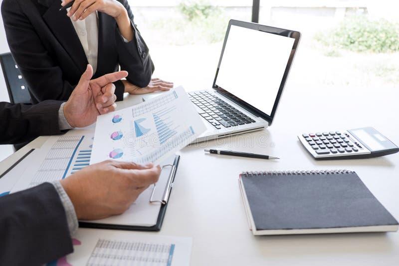 Socio del equipo del negocio que hace frente al funcionamiento y a la negociación que analizan con datos financieros y que comer foto de archivo