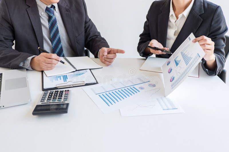 Socio del equipo del negocio que hace frente al funcionamiento y a la negociaci?n que analizan con datos financieros y que comerc fotos de archivo libres de regalías