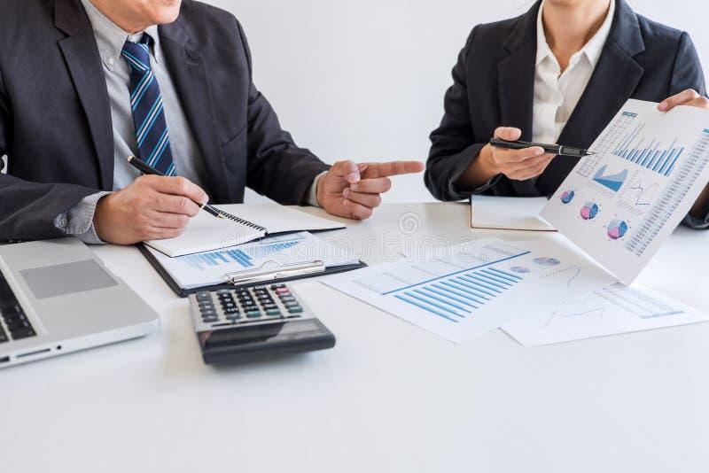 Socio del equipo del negocio que hace frente al funcionamiento y a la negociaci?n que analizan con datos financieros y que comerc imágenes de archivo libres de regalías