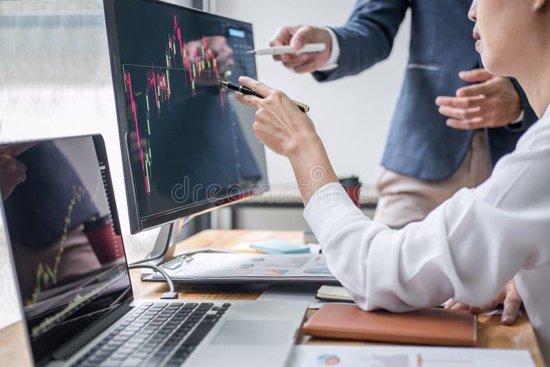 Socio del equipo del negocio que trabaja con el ordenador, ordenador portátil, discusión y analizando el comercio del mercado de  fotos de archivo