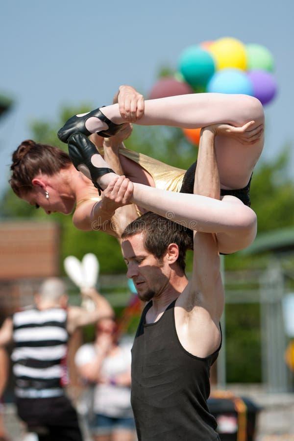 Socio femenino de la elevación del ejecutante de circo de arriba imagen de archivo