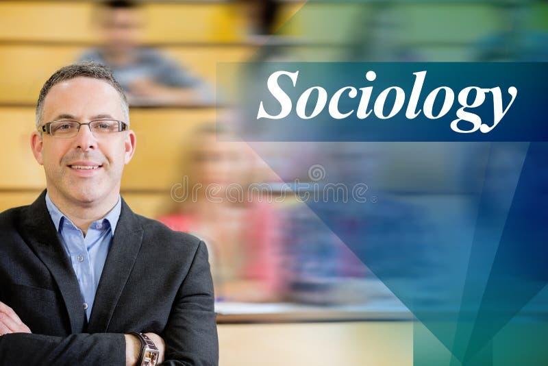 Sociologia contro l'insegnante elegante con gli studenti che si siedono al corridoio di conferenza fotografia stock