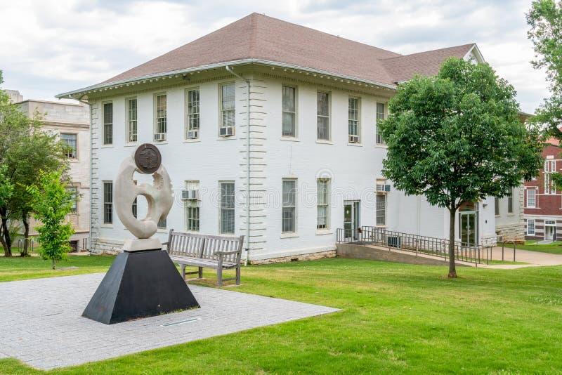 Sociologibyggnad och skulptur på universitetet av Arkansas arkivbild