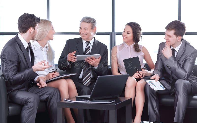 Socios comerciales en una reunión informal El concepto de un negocio acertado foto de archivo