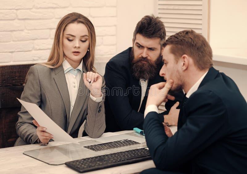 Socios comerciales, hombres de negocios en la reunión, fondo de la oficina Concepto de las negociaciones del negocio Negociacione imagen de archivo