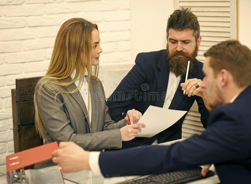 Socios comerciales, hombres de negocios en la reunión, fondo de la oficina Las negociaciones del negocio, discuten condiciones de foto de archivo