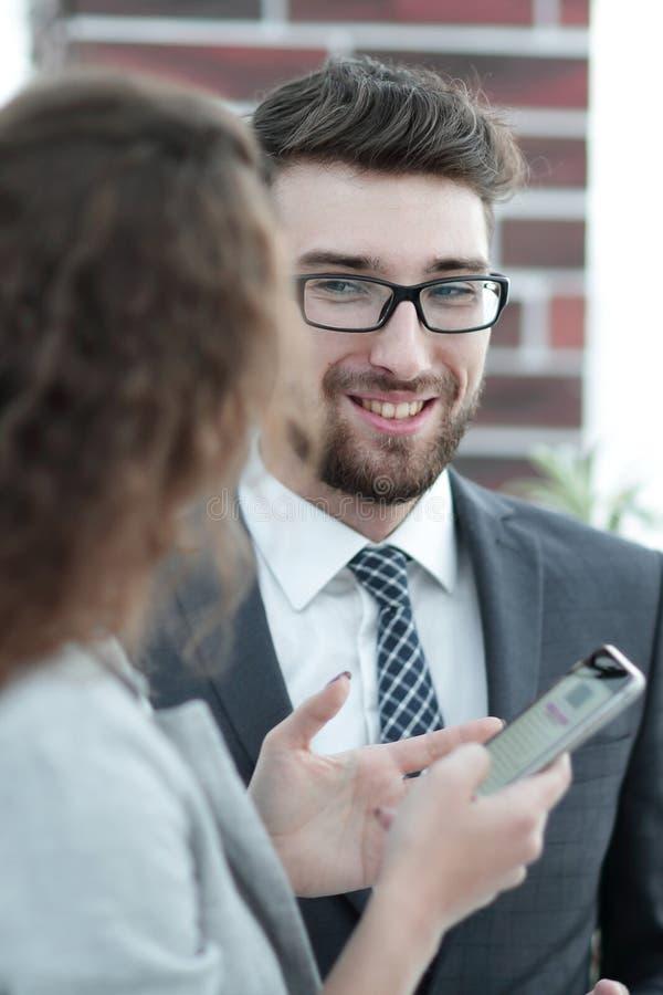 Socios comerciales que comunican antes del inicio de la reunión oficial fotografía de archivo libre de regalías