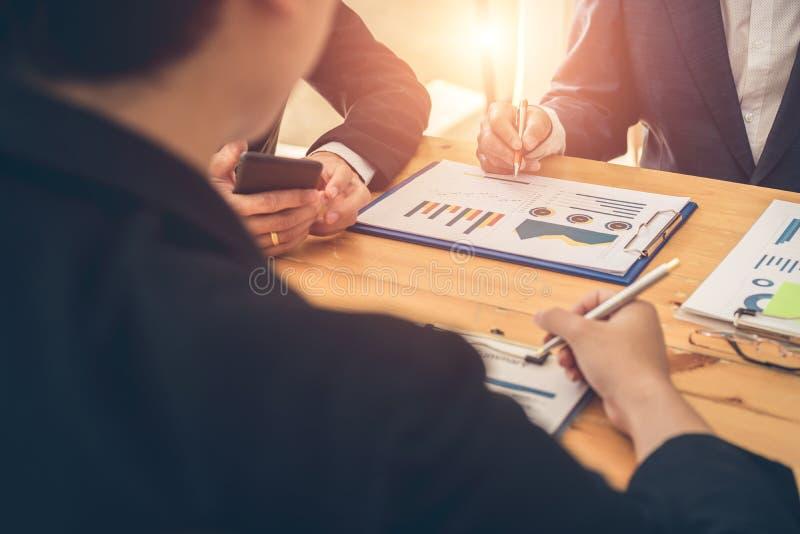 Socios comerciales que discuten informes financieros en el encuentro Junta directiva que planean proyecto, considerando oferta de fotografía de archivo