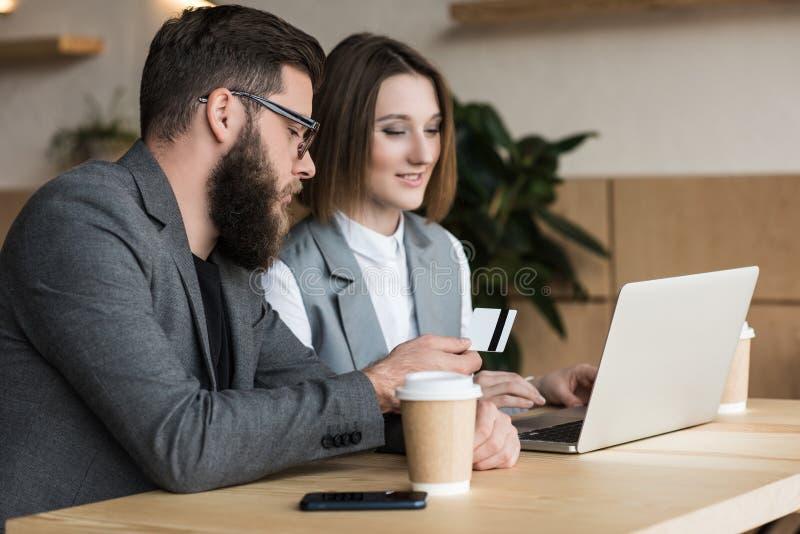 socios comerciales que tienen conversación en café mientras que hombre fotos de archivo libres de regalías