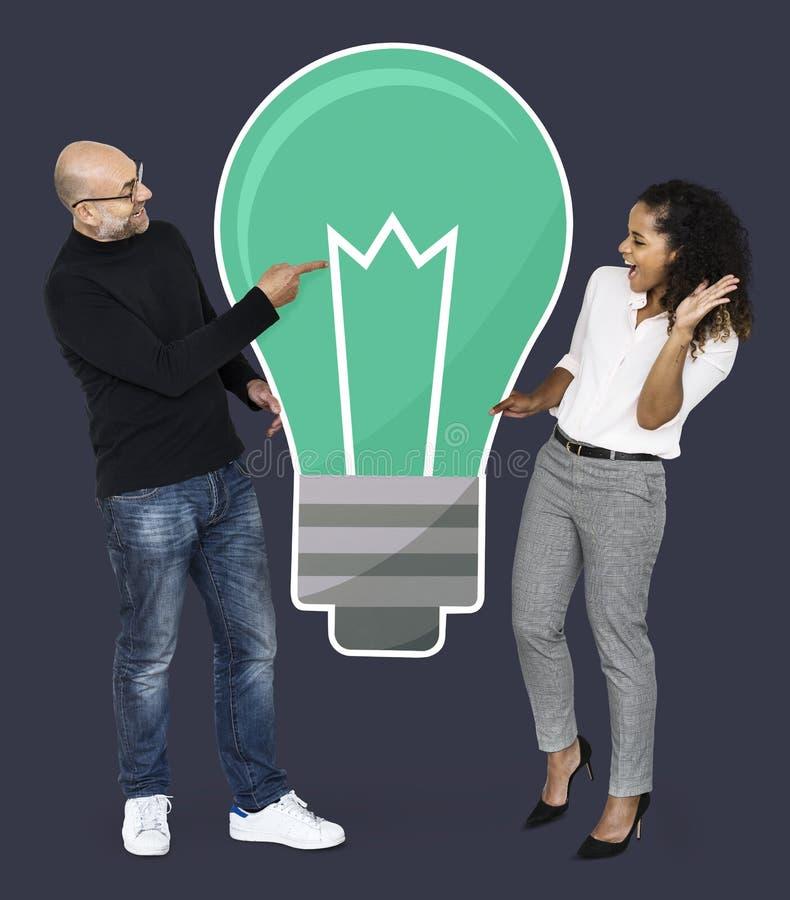 Socios creativos con ideas brillantes ilustración del vector