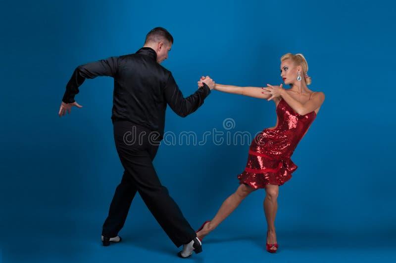 Socios de la danza en una actitud fotos de archivo