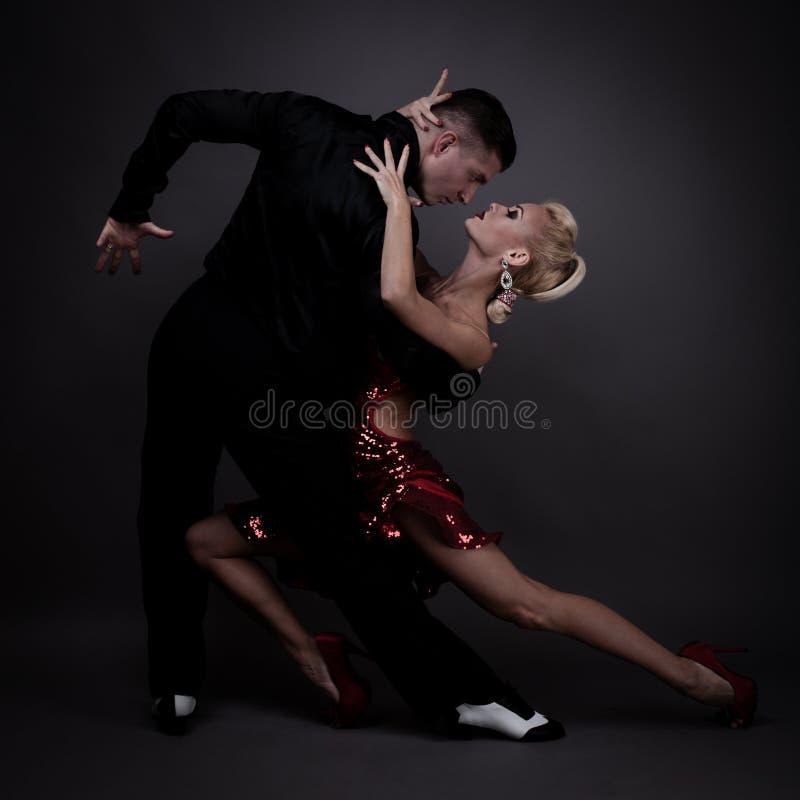 Socios de la danza en una actitud imagen de archivo libre de regalías