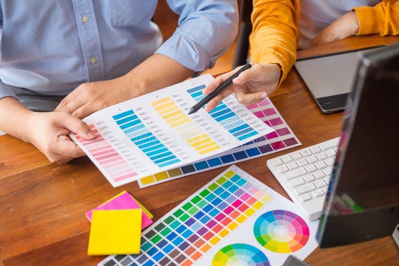 Socios del diseño gráfico que trabajan junto concepto de la renovación y de la tecnología - en un equipo de escritorio y selecció foto de archivo