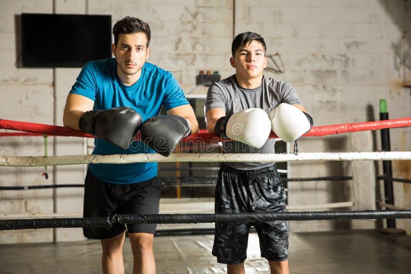 Socios masculinos del boxeo en un gimnasio fotografía de archivo